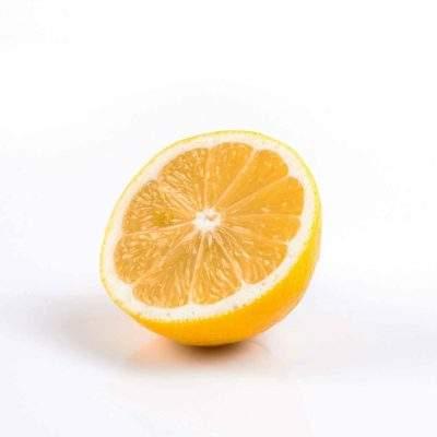 halv citron paa hvid baggrund