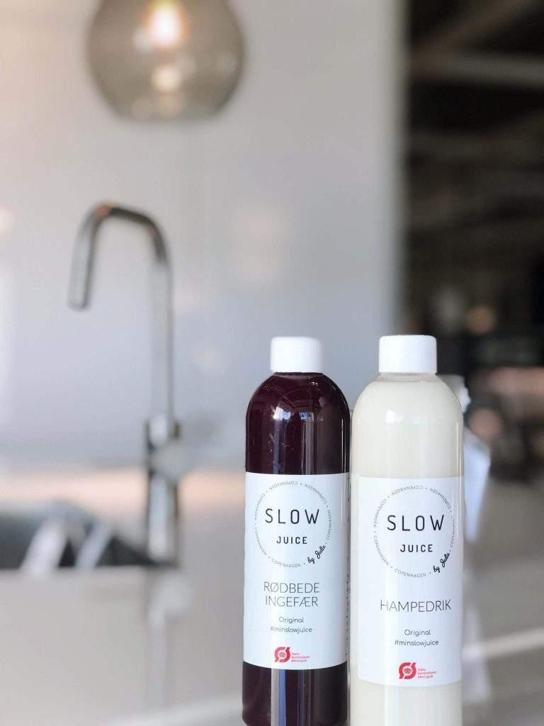 Her får du 100% naturlig sundhed hældt direkte på flaske. Du kan glæde dig over flere forskellige varianter, der alle nærer, energioptimerer og glæder din krop med masser af antioxidanter, sunde vitaminer og ikke mindst en masse go´ energi til dig og din krop. Vi pasteuriserer ikke vores Slowjuice eller fryser den ned. Til gengæld frikspresser vi den sammen dag, som du afhenter den - du får derfor helt friskpresset Slowjuice fyldt med liv og go´ energi. Du kan godt begynde at glæde dig.